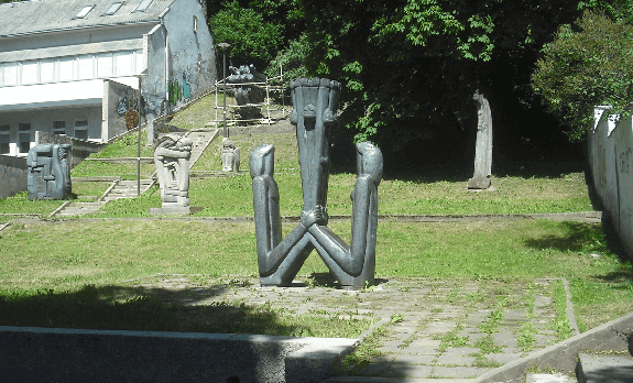 skulptura_seima_antinis